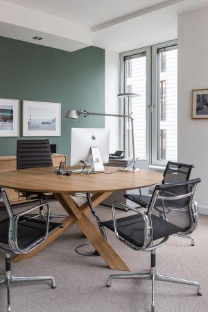 Büro mit Alu Chairs von Vitra