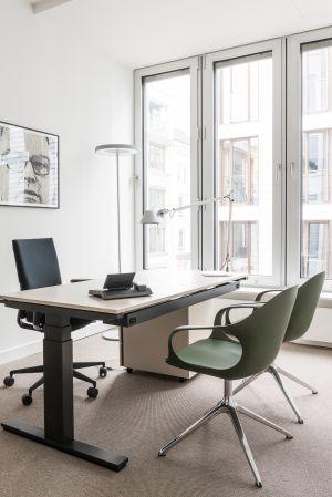 Tisch Wini Büromöbel, Drehstuhl Mera von Klöber