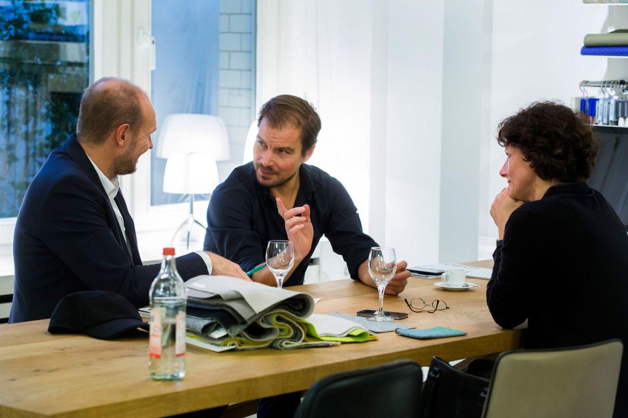 Im Gespräch: Uta Abendroth mit Rolf Heys und Stefan Diez bei Gärtner (© Gärtner)