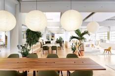 Stuhl Softshell, Sessel Plywood - beides Vitra, Garderobe Scangai von Zanotta (© Vitra)