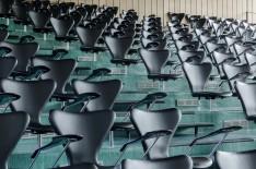Auditorium mit den Arne Jacobsen Stühlen von Fritz Hansen (© Fritz Hansen)