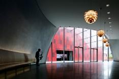 Foyer mit den Hängeleuchten Artichoke von Louis Poulsen (© Louis Poulsen)