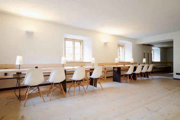 Gästehaus Berge von Nils Holger Moormann, Stuhl Eames Plastic Chair von Vitra
