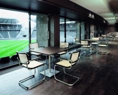 Im Stadion mit den Stühlen S64 von Thonet (© Thonet)