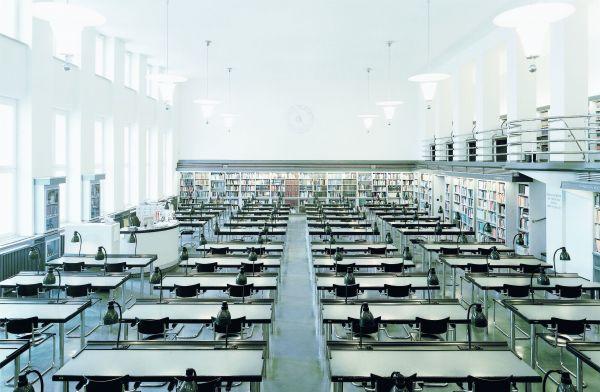 Bibliothek mit den Stühlen S43 von Thonet (© Thonet)