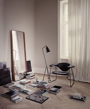 Spiegel Adnet Rectangulaire, Stuhl Mascul und Stehleuchte Groshoppa  (© Gubi)