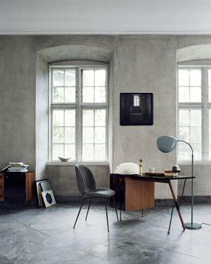 Stuhl Beetle, Tisch Grossmann und Stehleuchte Cobra (© Gubi)