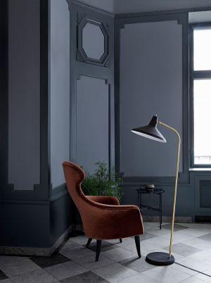Eva Chair und Stehleuchte G10 (© Gubi)