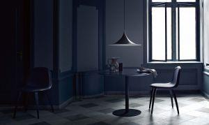 Hängeleuchte Semi, Tisch Gubi C21 und Stuhl 5 (© Gubi)