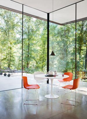 Bertoia Plastic Chair, Saarinen Tisch