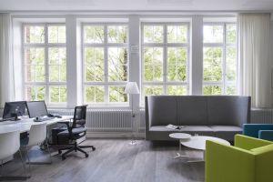 Sessel Bradford von May, Sofa Side By Side von Arco, Tree Table von Mox, Schreibtische Icon von Vario, Stühle Catifa von Arper