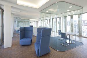 Sessel Basket von Softline, Stühle Chairik von Engelbrechts und Tisch Uno von FormVorRat (© Daniel Sumesgutner)
