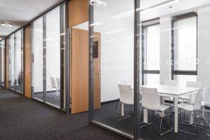 Tische Motion von Lista Office, Stühle Fina von Brunner
