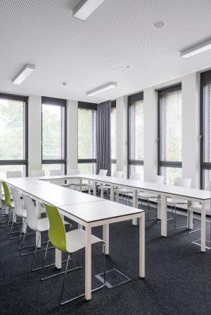 Tische Motion von Lista Office, Stühle Catifa von Arper