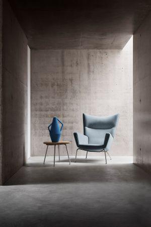 CH 445 Wing Chair, Bestelltisch CH415 (© Carl Hansen)