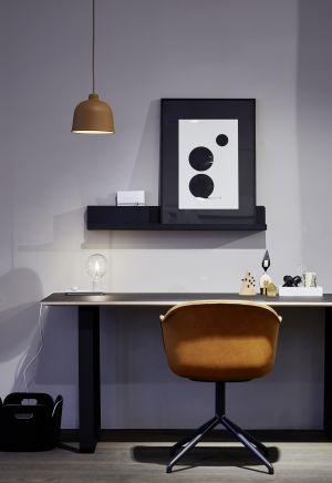 Schreibtisch 70/70, Stuhl Fiber, Restore Basket von Muuto