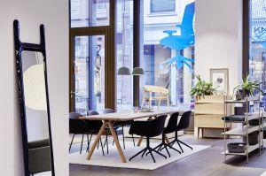 Sideboard Reflect, Regal Compile Shelving System, Tisch Split, Stühle Fiber, Teppich Ply von Muuto