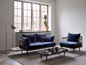 Sofa, Sessel und Couchtisch Fly, Stehleuchte Bellevue und Tischleuchte Milk (© Andtradition)