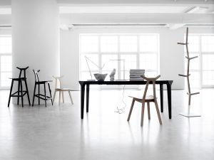 Stühle und Garderobenständer Nara (© Fredericia)