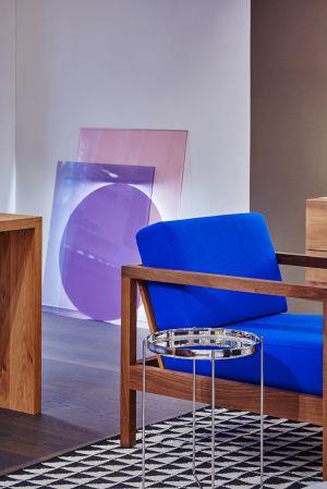 Sessel Byron, Beistelltisch Habibi, Tisch Ponte; Leuchte Colour