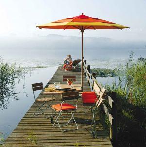 Tisch und Stühle Balance, Schirm Klassiker (© Weishäupl Möbelwerkstätten)