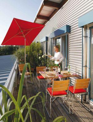 Tisch und Stühle Balcony, Schirm Klassiker (© Weishäupl Möbelwerkstätten)