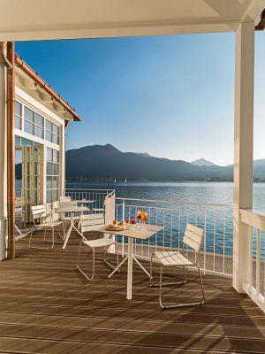 Stühle Balcony, Tische Trio (© Weishäupl Möbelwerkstätten)
