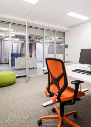 Schreibtisch DL9-Oka, Drehstuhl In-Wilkhahn, Pouf Pix-Arper