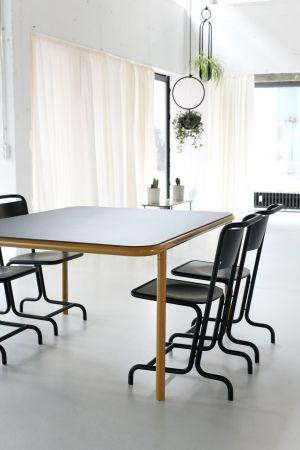 Bologna Tisch, Lazlo Stuhl (© Atelier Haußmann)