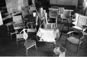Hans J. Wegner inmitten seiner Stühle (© Poul Petersen)