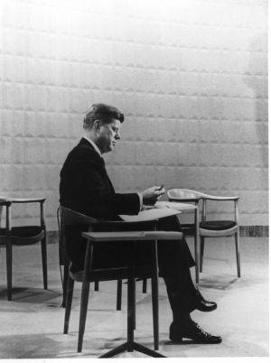 John F. Kennedy während der  Fernsehdebatte anlässlich des US- Präsidentschaftswahlkampfs 1960 auf  Wegners JH501 (© Hans J. Wegners Tegnestue)