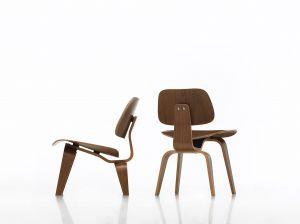Stuhl DCW und Sessel LCW Nussbaum (© Vitra)