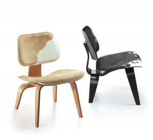 Plywood Sessel mit Kuhfell (© Vitra)