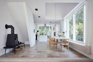 Stuhl CH24 von Carl Hansen, Tisch Eigenentwurf der Architekten (© Mark Seelen)