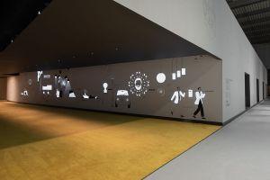 """Interaktiver """"Tunnel"""" am Stand von B&B Italia, Flos und Louis Poulsen (© Flos)"""