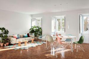 Eames Plastic Chair DSR, Eames Plastic LAR, Plate Dining Table, Soft Modular Sofa, Cork Stools, L'oiseau Marble (© Vitra)