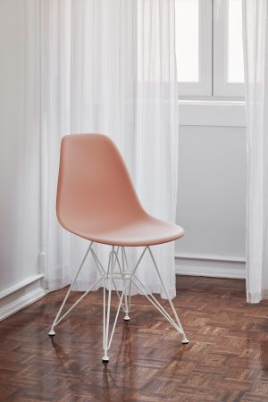 Eames Plastic Side Chair DSR (© Vitra)